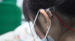 szájmaszk és hallókészülék együttes hordása